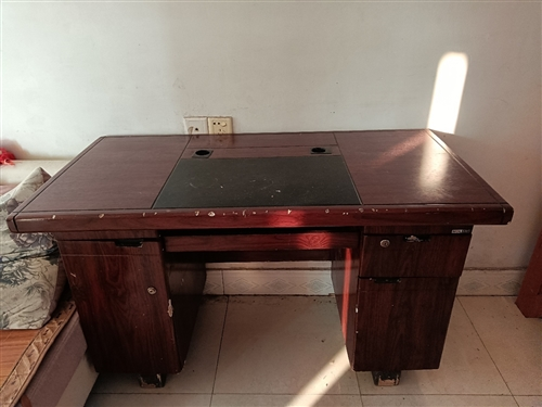 电脑卓子一张,茶几一个,沙发一大一小,价格面谈,
