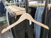 本店转行童装,有部分女装衣架裤夹处理,九五成新,衣架1.5一个,裤夹2元一个,有意者联系130565...