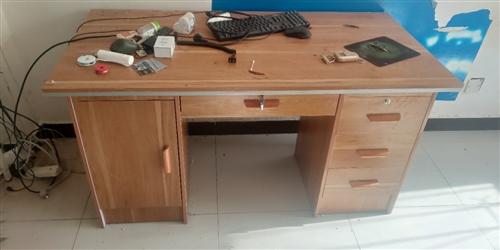 有个书桌,基本**,可当电脑桌,要搬家,基本**现在用不到了,有需要的来拉走