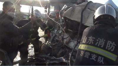 情况紧急!广饶某加油站附近发生事故,三车相撞,两人被困...