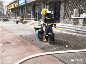 安�一餐�^�N房起火,消防�T徒手拎出4��煤�夤�