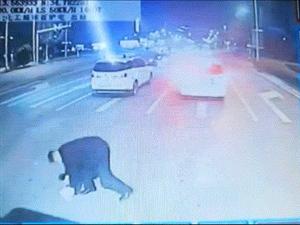 """暖心!马路突现障碍物 郑州公交车长下车当起""""清道夫"""""""