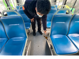 乘客公交车内突发疾病   公交车变为救护车