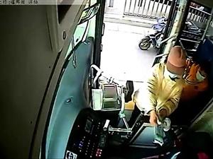 乘客上车先认人,原来是有任务