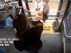 你弯腰的动作真好看!公交车长两次帮乘客捡苹果