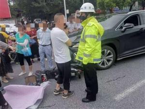 汉中交警二大队紧急救助交通事故伤员