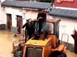 汝州大峪��h委���:洪水中站��指�]救援人救出后偷偷抹眼�I