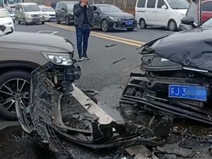 阜宁喻口车祸,两车撞得不像样子!