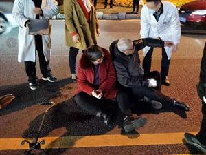 """阜宁城南两老人被撞坐地不起,热心网友巧设""""路障""""并帮老人止血!"""