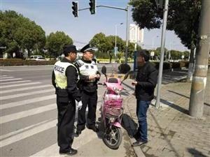 阜��一老爹�T��`章被查竟跪地不起,其�鹤硬���由推搡民警被拘!