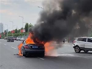 事发霍邱南外环!两辆车发生追尾自燃!