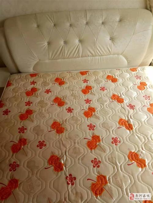 九成新的床加床垫,另加两个床头柜,价格可面议