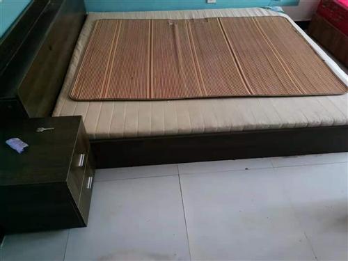 转让1.8米大床加垫子200远拉走!