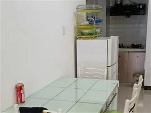 儋州和信经典两房出租,设备齐全,拎包入住,布艺沙发更是你居家好选择。