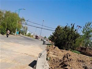 滨州梁才东海三路施工现场未做好防护处理,行驶车辆致沙尘满天飞扬,过往行人只能掩鼻而过,特别幼儿园门口