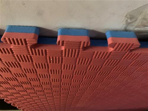 九成多新跆拳道运动地垫,1米×1米×2.5cm五道纹红蓝相间大概150多张左右,买的时候32一张,处...