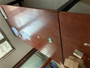 真材实料工作台,3厘米实木面板,10厘米房管制作。原电脑桌使用。非常结实。有需要的联系。