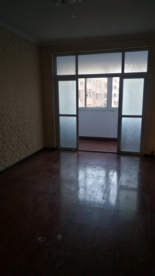 出租房屋 位于伊水路洛阳面馆对面临街,有三楼一套,三室两厅,一厨一卫,交通便利,对外出租,可做办公...