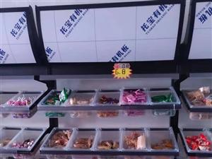 零食货架就成新,买的时候是500元一个的,下面带对开门柜子!