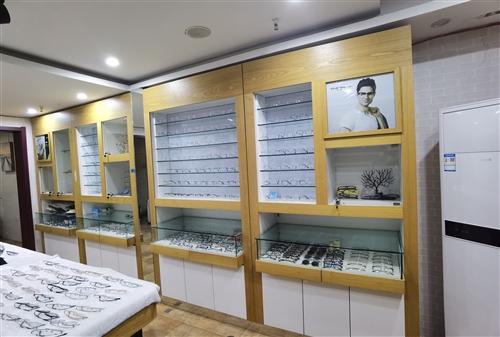 眼鏡店的貨柜,很新,因有事無法開店現低價處理有意聯系