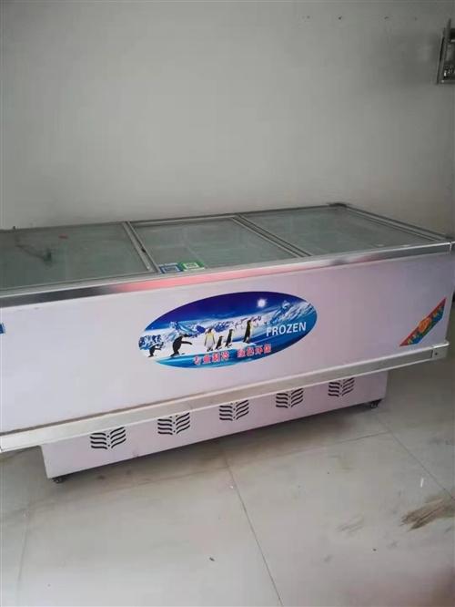 冰柜是九成新,2米*1米的。保鮮柜是五成新的,也是2米的。蔬菜貨架九成新。全部處理!地址在新區博大一...