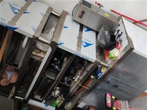 保鲜柜1台,不锈钢操作台2台,电烧水器1台,电炸锅1台,电烤炉1台,油烟机1台。灯具开关,电料等。