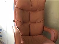 9成新全牛皮沙发椅,可升降,配一个同色靠背,很舒服,之前都是当电脑椅用的,因为要搬家现在便宜处理了