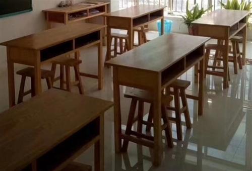 处理课桌椅一批,九成新,基本未用,一张桌子两把凳子,价格面议,只限上门自提