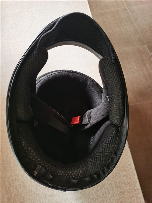 多余的一个全戴式头盔便宜出了,一月份买的,戴了一个月天气热就没戴了,还很干净,仅限会东县城