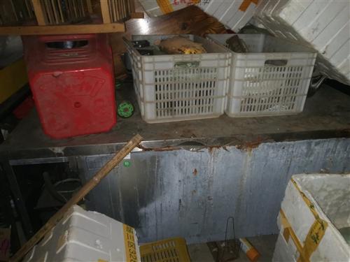 出售厨房切菜冰柜,双温冰柜,整套火锅桌8人位,夜宵桌凳,蒸煮桶。便宜卖要的速度17370750306...