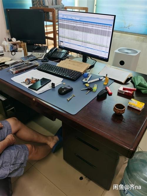 辦公桌1.6*80的,2張,還有沙發,椅子等,有意向可致電