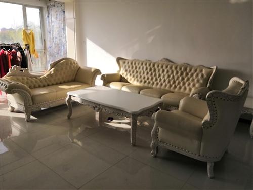 一套歐式家具在河西家具城購買的,有一套真皮沙發加二個茶幾購價2.8萬元,一個電視組合柜購價1.2萬元...