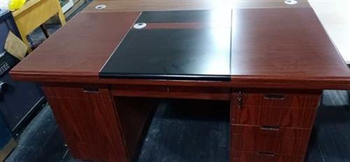現有使用時間不到一年的辦公桌4張,椅子四把處理,會議桌一張!酒嘉地區均可,有意者聯系我!