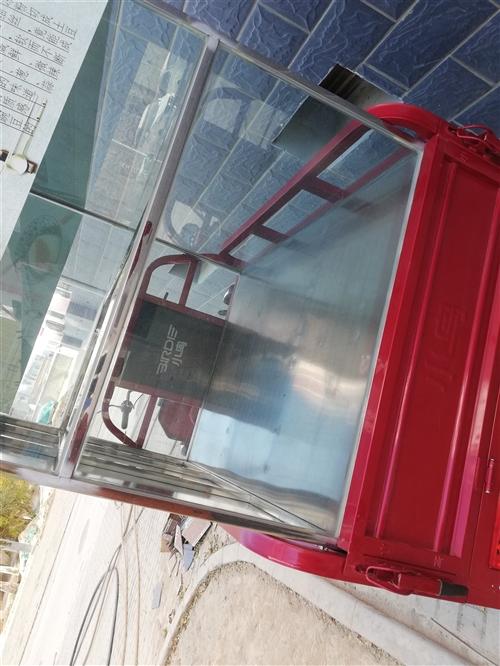 出售不銹鋼玻璃架子,擺攤子都能用的上,玻璃是加厚的,九成新物品干凈明亮,燒烤涼皮攤上都可以用,有需要...