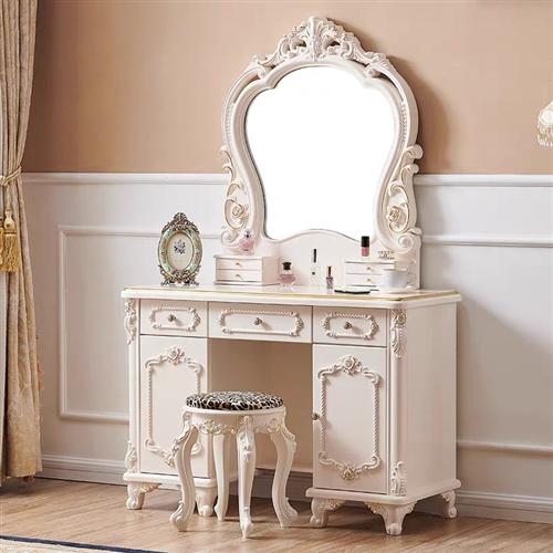 二手家具出售,圖片上有的都有,美甲桌,化妝臺 ,美容床,小推車,電腦椅,小轉椅,沙發,還有屏風,茶幾...