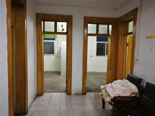 出售大十字二工局家属院房,三室二厅99平米净面积无公摊。自带一下32平米的小院