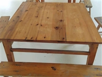 原敬老院采购的食堂餐桌,原木八仙桌,配4条长板凳。8成新。可批量出售,共有10张桌子,28条板凳。全...