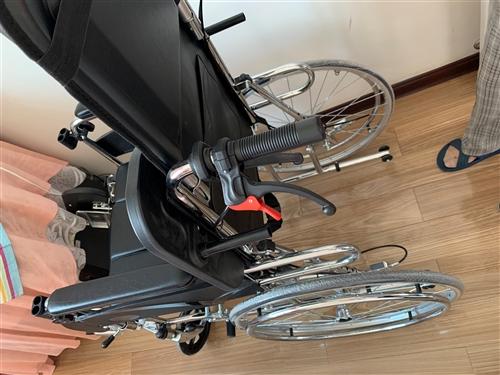 **轮椅,轮胎上的保护膜都没撕,带小桌板,坐便