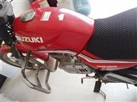 铃木125摩托车,里外观都很好,2万多公里,刚换的电瓶,打火一下一个,买车闲置了,便宜处理!
