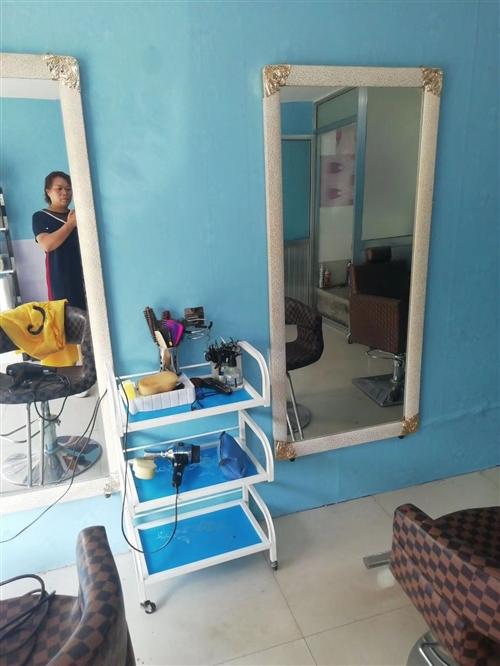 理发椅三把,镜子三个,用了刚一年,低价出售,需自提,有需要的请联系19193776078秦女士