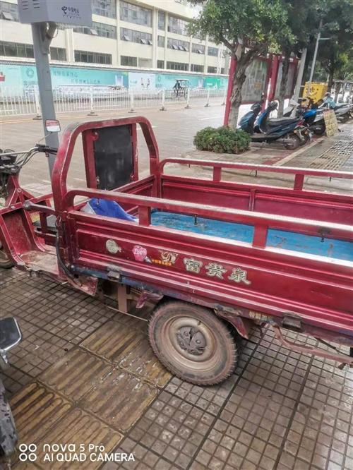 本人有一辆电动三轮车,轮胎刚换不久,低价出售,价格面议