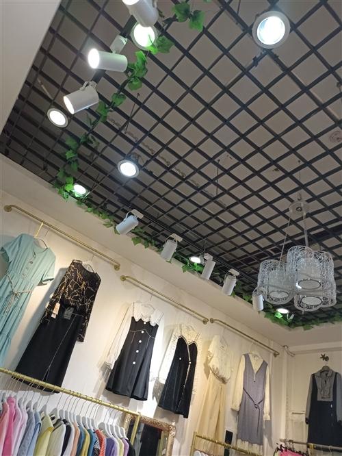 现有人民商城二楼经营多年的女装旺铺急转租或转让,位置好客源稳定,接受即可营业,有意者面谈,非诚勿扰!