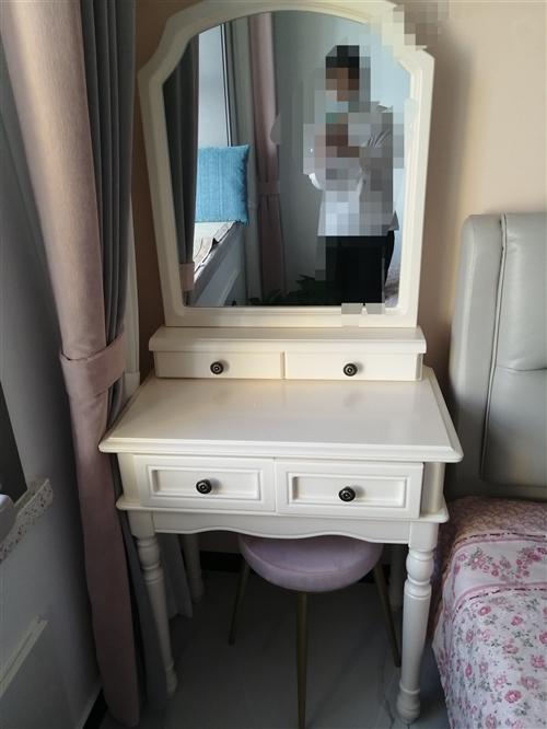 **实木70厘米宽梳妆台,1500入手的,现打算换个书桌,有需要的便宜拿走