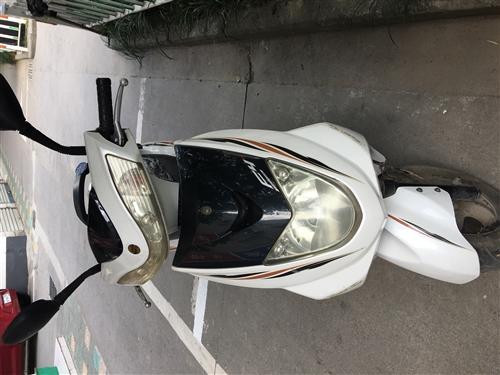 踏板摩托车,买了有很多年了但只走了5000多公里一直闲置,刚刚加了油换了电瓶换了机油。
