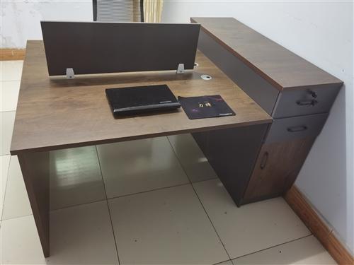 出售办公桌长,一米四,买来不合适没有用9.5成新半价出售900