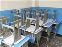 九成新学生课桌按套出售,还有铁架子床,需要的朋友低价处理