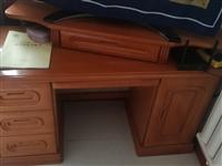 实木的化妆台,鞋柜,写字桌,单人床,二手使用时间为5年左右。价格面议,可以单个购买,也可以全套都要价...