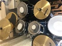 方克架子鼓一套,带谱架,95成新。现因小孩转学其他,闲置不用。买价7900元,现1000元即可拿回家
