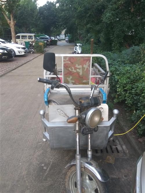 现有八成新电动三轮车一辆欲出售,灯光喇叭刹车等完好,价格一千六左右。地址新郑市金城路。