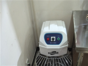 九成新压面机,和面机,煤气蒸箱,消毒柜,小桌等